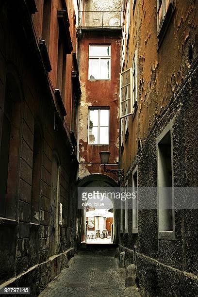 desserted europeia alley - descrição geral - fotografias e filmes do acervo