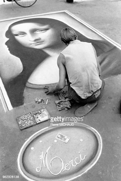 Dessinateur de rue reproduisant la Joconde sur le trottoir à Paris en France en 1984