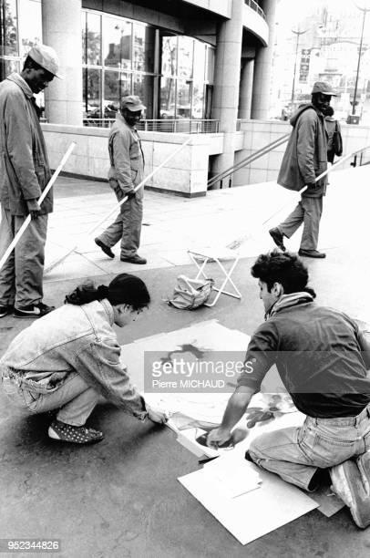 Dessinateurs sur le trottoir devant l'opéra Bastille à Paris en France