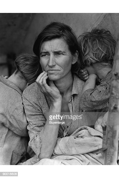 Destitute pea pickers in California Mother of seven children Age thirtytwo Nipomo California Florence Thompson with three of her children in a...