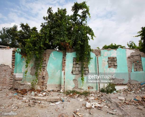 destroyed biulding - einstürzen stock-fotos und bilder
