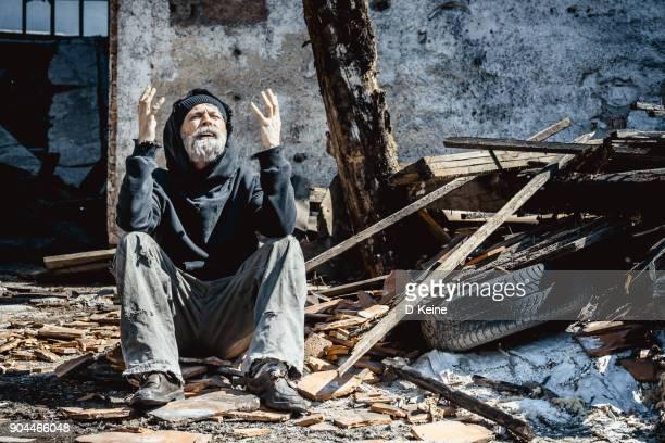 zerstörter house - verbrechensopfer stock-fotos und bilder