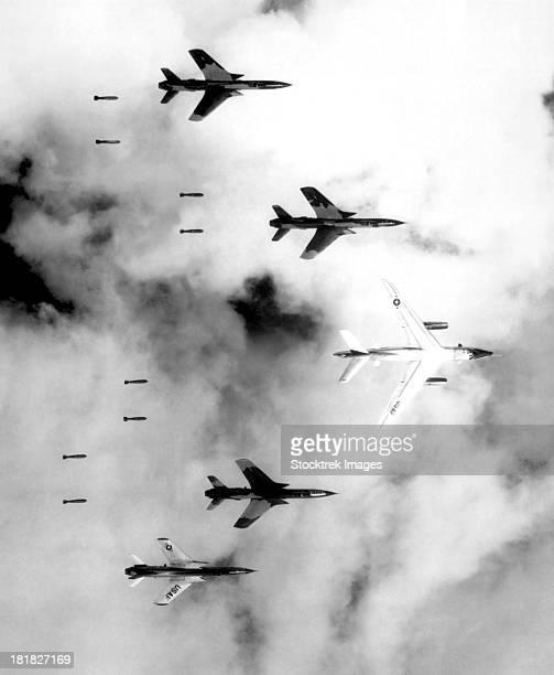 a b-66 destroyer and f-105 thunderchief aircraft bomb north vietnam. - laisser partir photos et images de collection