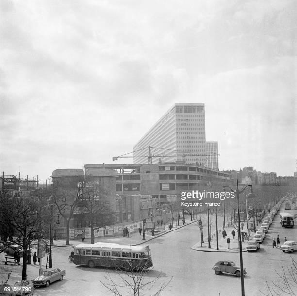 Destruction de l'ancienne gare du Maine pour édifier ensuite les immeubles de l'ensemble MaineMontparnasse à Paris France le 15 mars 1965