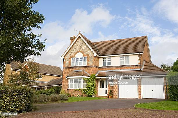 detached house - outdoors stock pictures, royalty-free photos & images