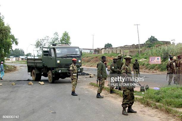Detachment of Nigerian army deployed takes position on Yakubu Gowon Way in the middle-belt town of Jos, 09 September 2001. Heavily armed soldiers...
