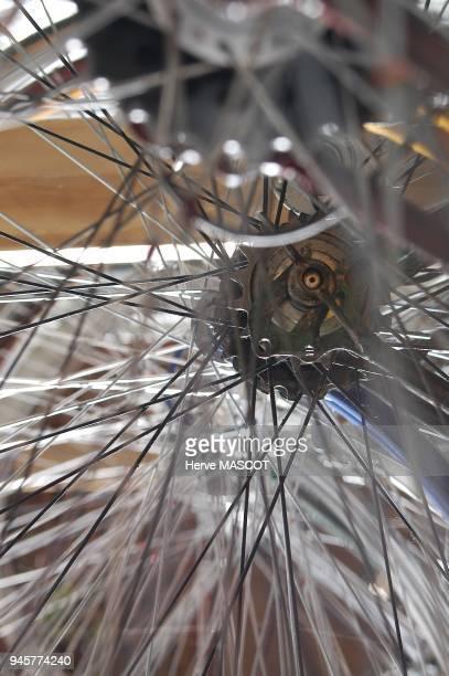 ANDERNOS Detail gros plan sur des rayons metallique de jantes de velo