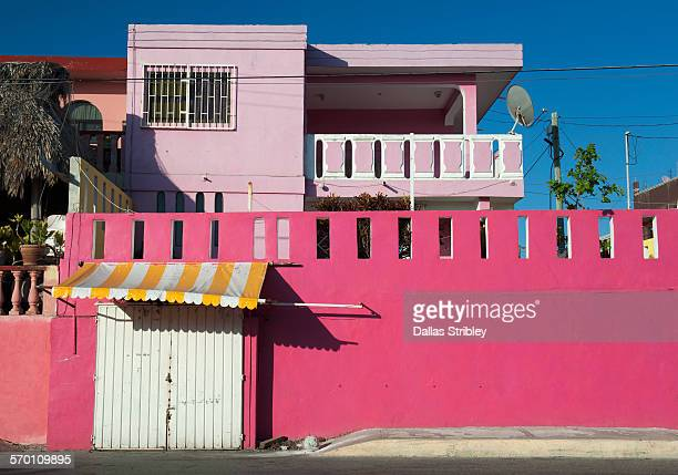 detail of a bright pink home on isla mujeres - mujeres fotos stockfoto's en -beelden