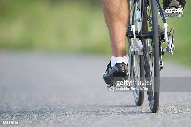 detail of a cyclist pedaling - クランクセット ストックフォトと画像