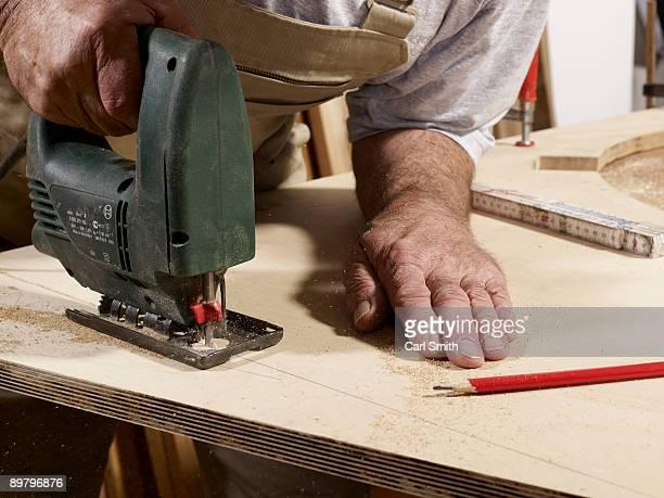 detail of a man using a jigsaw - 電動糸のこ ストックフォトと画像