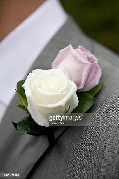 detail of a rose boutonniere on a jacket lapel - solapa papel fotografías e imágenes de stock