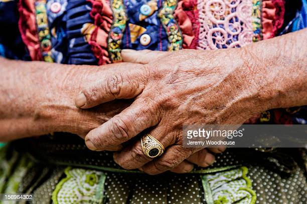 detail of a woman's hands - quetzaltenango stock-fotos und bilder