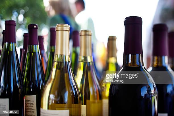 detail of assorted wines - vin photos et images de collection