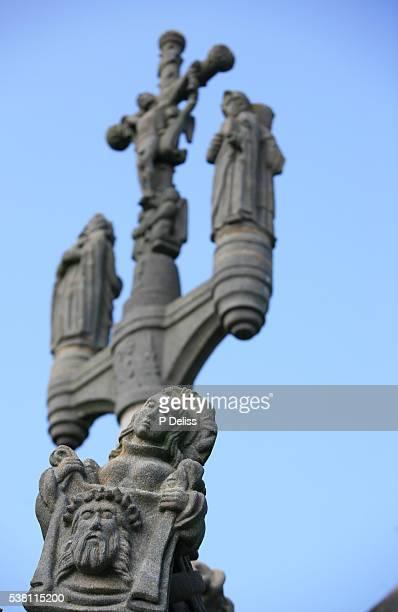 detail of calvary at guimiliau - sainte veronique photos et images de collection