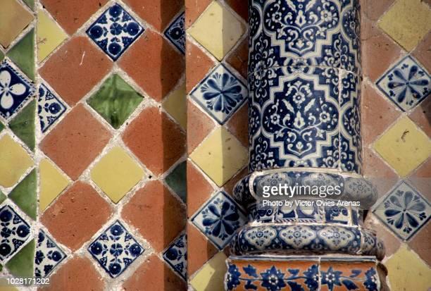 detail of colonial talavera tiles in facades of the historic centre of puebla, mexico - victor ovies fotografías e imágenes de stock