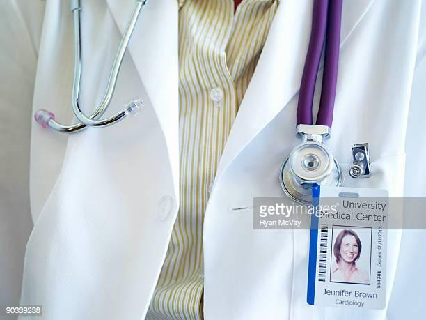 detail of doctor's stethascope and name badge - distintivo - fotografias e filmes do acervo