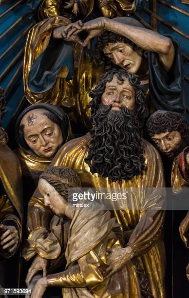 ファイト ・ シュトース作ポーランド、クラクフの聖マリア教会で、ゴシック様式の祭壇画の詳細 - kraków ストックフォトと画像