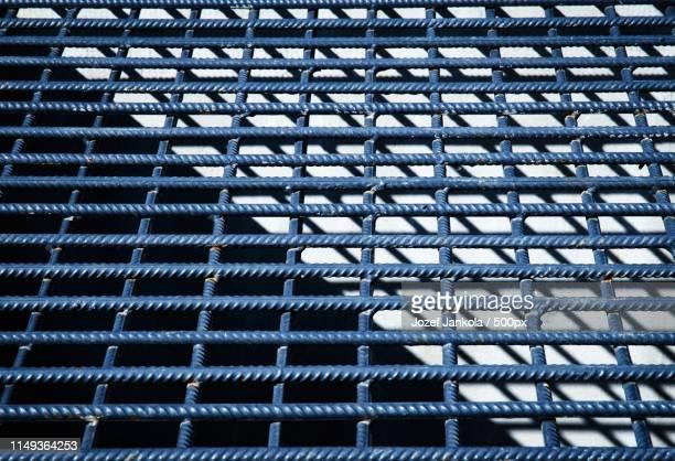 detail of gray wire mesh - valla límite fotografías e imágenes de stock