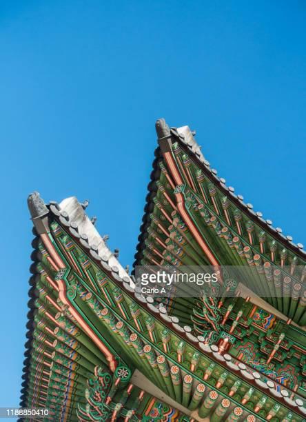 detail of gyeongbokgungpalace in seoul. - seoul stock-fotos und bilder