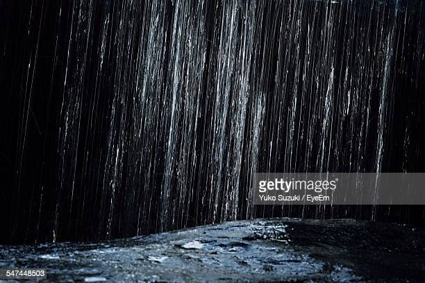 detail of rain falling in river - rain - fotografias e filmes do acervo
