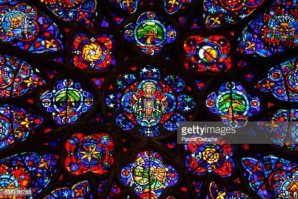 detail of rose window of main portal of reims cathedral - reims cathedral stock pictures, royalty-free photos & images