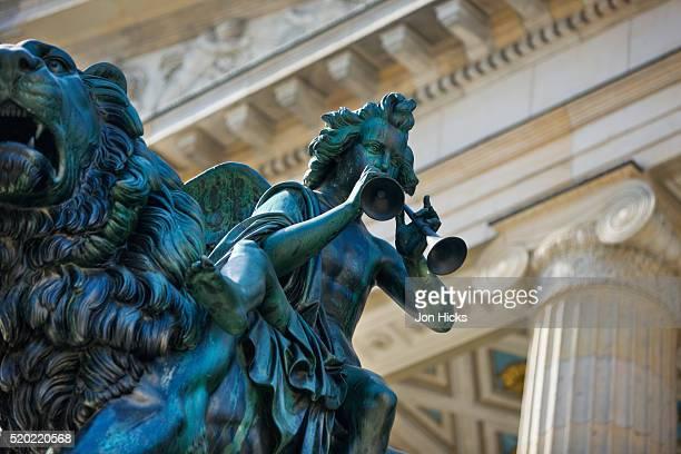 detail of statue of a piper riding a lion outside the konzerthaus - konzerthaus berlin - fotografias e filmes do acervo
