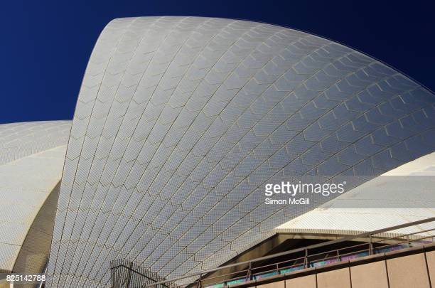 detail of the ceramic tiles on the roof of the sydney opera house, sydney, new south wales, australia - パフォーミングアートセンター ストックフォトと画像