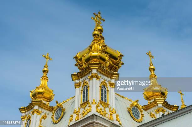detail of the church at peterhof palace, st. petersburg, russia - groot paleis peterhof stockfoto's en -beelden