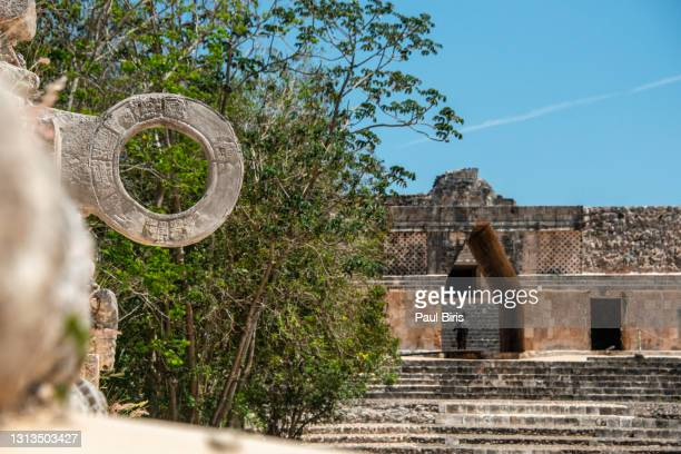 detail of the mesoamerican ball game court in the ancient city of uxmal, mexico. - 犠牲プレイ ストックフォトと画像