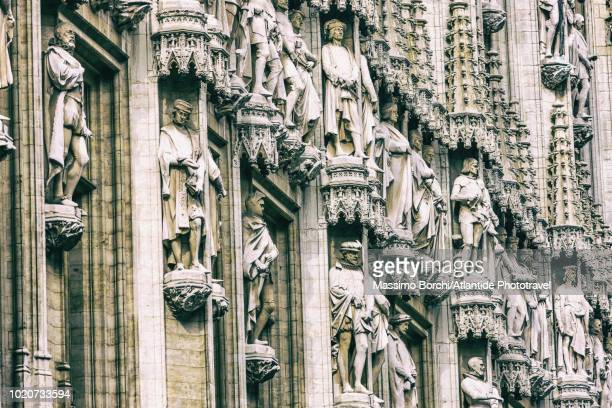 detail of the statues on the façade of the hotel de ville (town hall) - グランプラス ストックフォトと画像