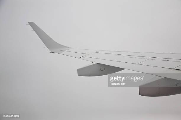 detail of the wing of a plane - aerodinâmico - fotografias e filmes do acervo