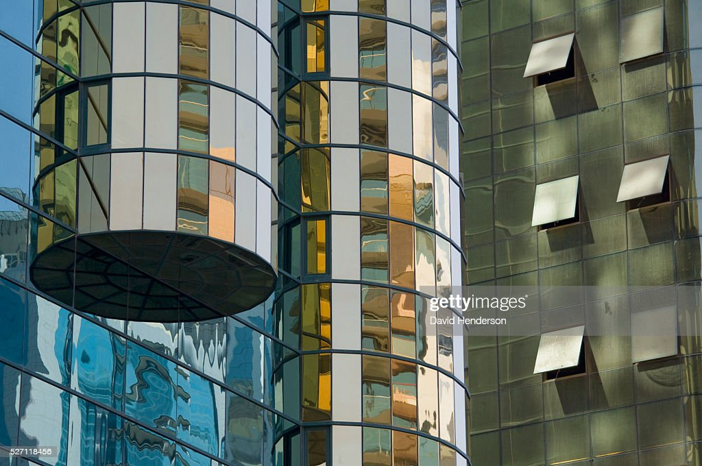 Detail of two adjacent mirrored skyscrapers : Stockfoto