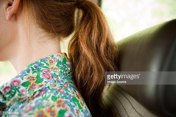 Detalle de mujer en un coche