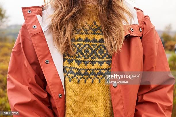 detail of woman's jumper and waterproof jacket - laine photos et images de collection