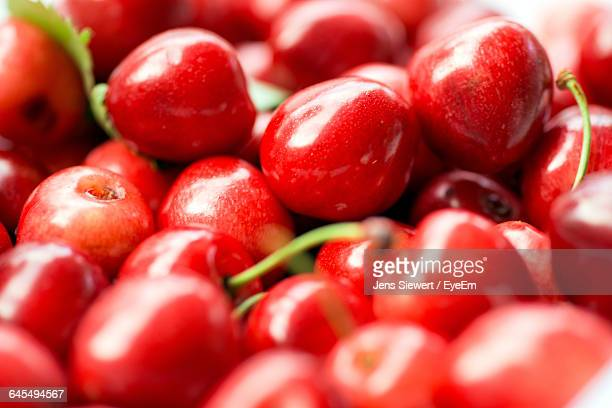 detail shot of cherries - jens siewert stock-fotos und bilder