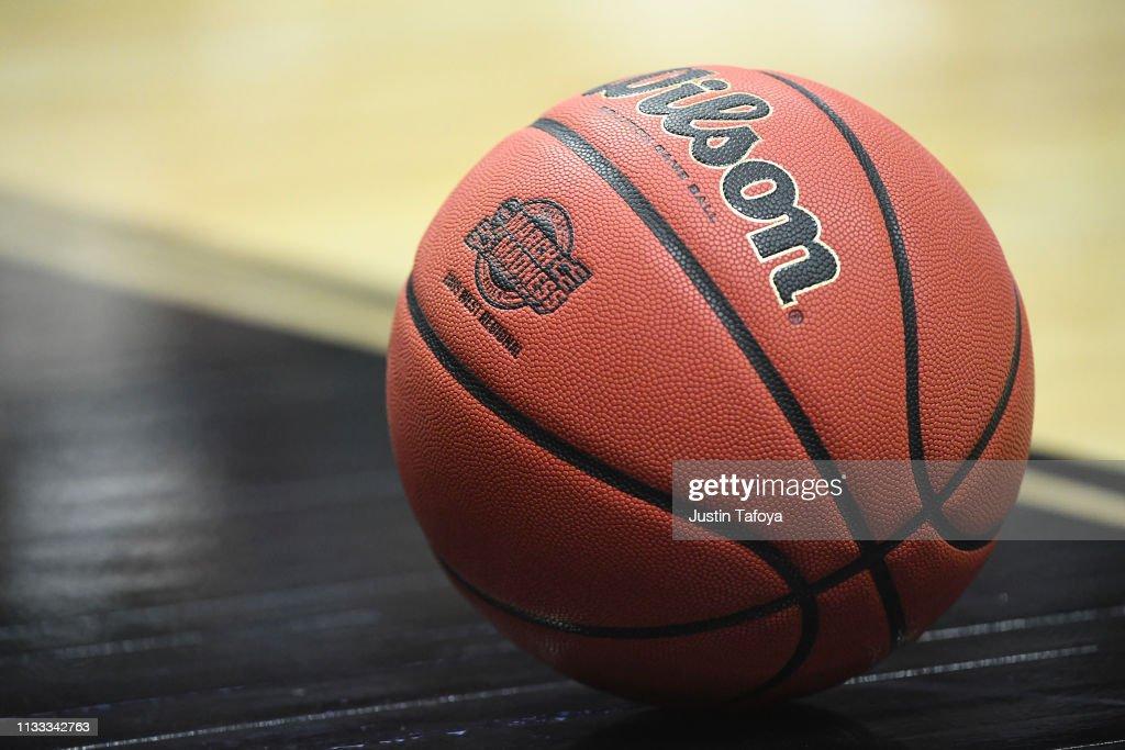 NCAA Basketball Tournament - West Regional - Anaheim : News Photo