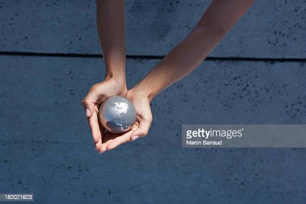 vista dettagliata di mani holding globe all'aperto - mappamondo foto e immagini stock