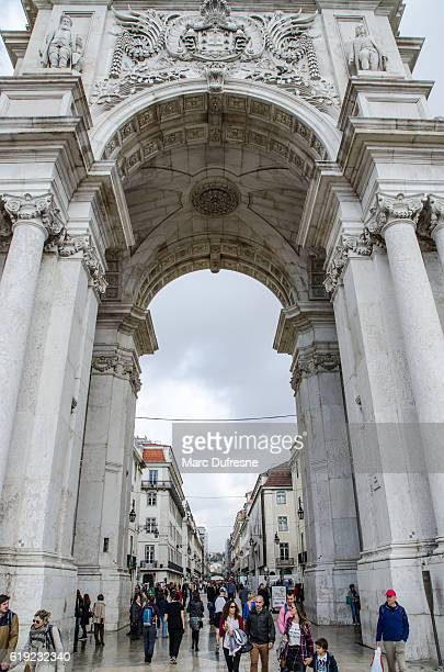 リスボンのコマーススクエアでのオーガスタストリートアーチの詳細 - バイシャ ストックフォトと画像
