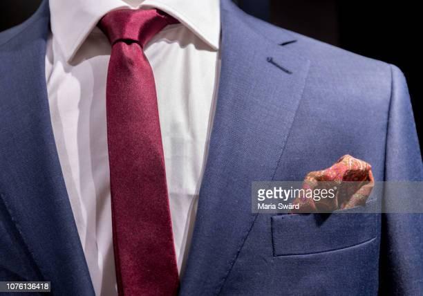 details of dressed man clothes - pochette bavero foto e immagini stock