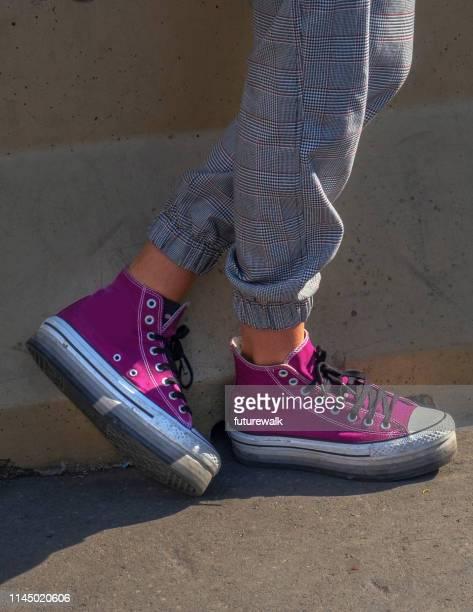 ミラノのダウンタウンにあるスタイリッシュな若い女性が着る服の詳細、ファッションセンター - ハイトップス ストックフォトと画像