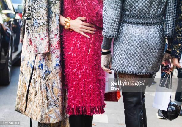 dettagli di vestiti e scarpe da donna su una strada - paris haute couture fashion week foto e immagini stock