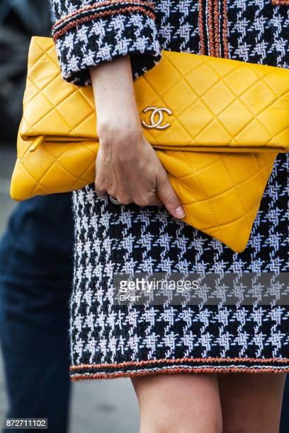 détails des vêtements et des chaussures dans une rue - semaine de la mode photos et images de collection