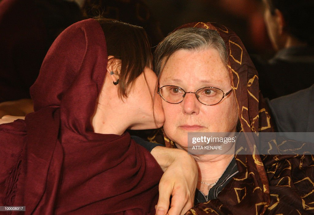 Detained US hiker Sarah Shourd (L) kisses her mother Nora during their first meeting since her arrest, in the Iranian capital Tehran on May 20, 2010. The mothers of three US hikers detained for 10 months in Iran called for their release as a 'humanitarian gesture' after an emotional reunion with their children, an AFP correspondent said.