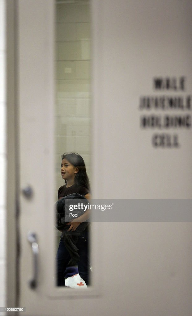 Familes and Children Held In U.S. Customs and Border Protection Processing Facility : Foto jornalística