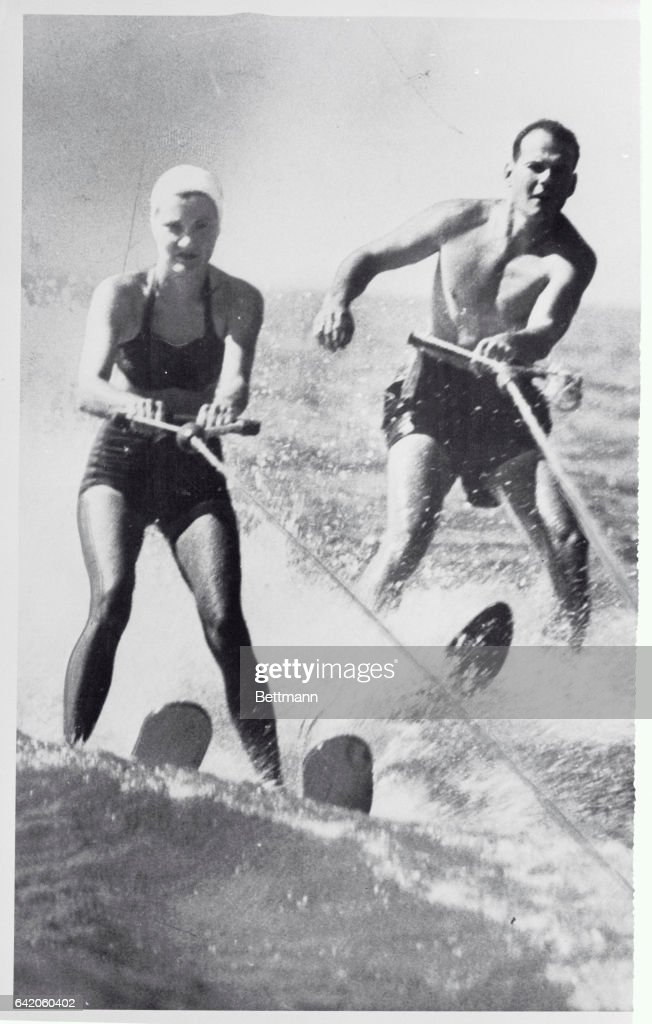 Sam and Marilyn Skiing : News Photo