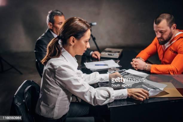 尋問室の刑事と囚人 - 執行猶予 ストックフォトと画像
