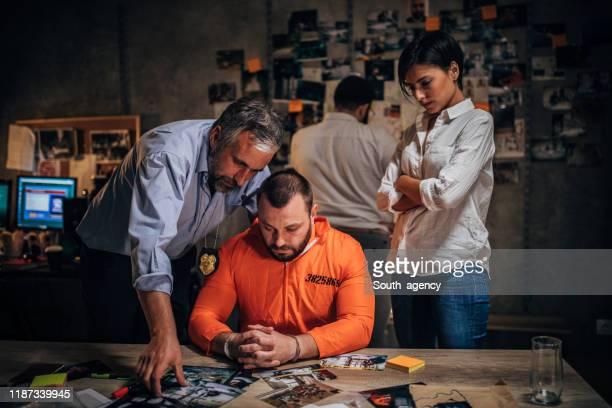 刑事と囚人 - 警察署長 ストックフォトと画像