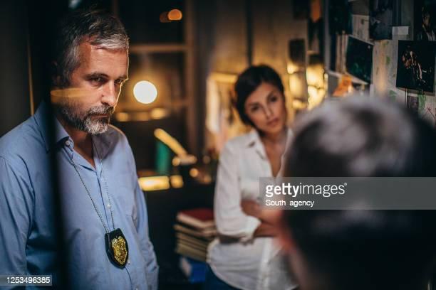 証拠を探している探偵 - 警察署長 ストックフォトと画像