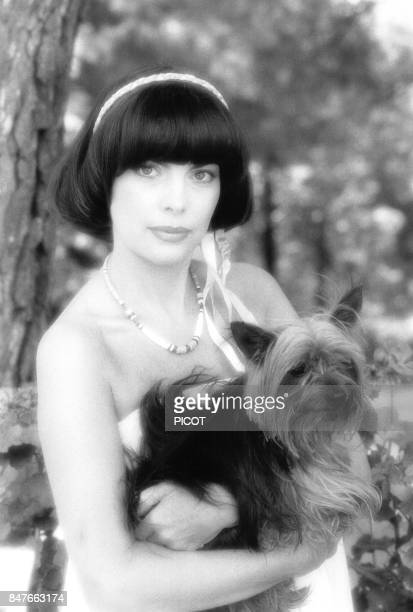 Detente pour Mireille Mathieu dans la propriete de Johnny Stark pres de Marseille en aout 1981 a La Bedoule France