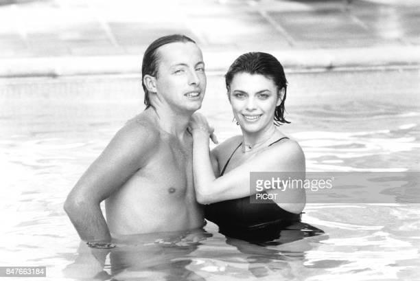 Detente pour Mireille Mathieu et son frere Remi dans la piscine de la propriete de Johnny Stark pres de Marseille en aout 1981 a La Bedoule France